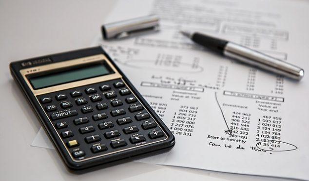 電卓と計算式の用紙