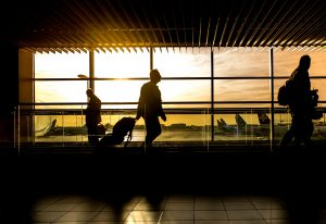空港を歩くビジネスマン